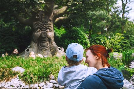 Familie heeft plezier in pretpark. Fantasy themed pretpark Efteling in Kaatsheuvel, Holland, Nederland, Europa. Attracties zijn gebaseerd op elementen uit oude mythen, legendes, sprookjes. Stockfoto
