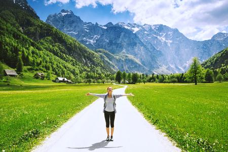 ローガル渓谷または Logarska ドリーナ、スロベニア、ヨーロッパ。アルプスと山の自然の背景にハイキング女性バレー。山のハイカーの少女。旅行、 写真素材