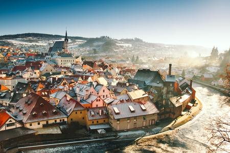 Vista panorâmica de Cesky Krumlov no inverno, República Tcheca. Vista dos telhados vermelhos cobertos de neve. Viagens e férias na Europa. Tempo de Natal e Ano Novo. Dia ensolarado de inverno na cidade europeia.