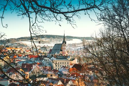겨울, 체코 공화국에서에서 Cesky 로프의 파노라마 전망. 눈 덮인 빨간 지붕의 전망입니다. 유럽의 여행과 휴일. 크리스마스와 새 해 시간입니다. 맑은