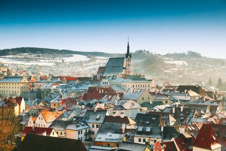 Vista panoramica di Cesky Krumlov in inverno, Repubblica ceca. Vista dei tetti rossi innevati. Viaggi e vacanze in Europa. Natale e Capodanno. Giornata invernale di sole in città europea. Archivio Fotografico - 88022538
