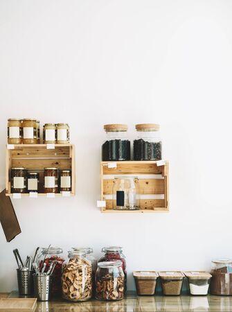 Produits secs et bonbons bio bio dans des bocaux en verre dans une épicerie sans plastique durable. Boutique écologique zéro déchet. Shopping dans les petites entreprises locales. Nouvelle tendance d'achat alternatif Banque d'images