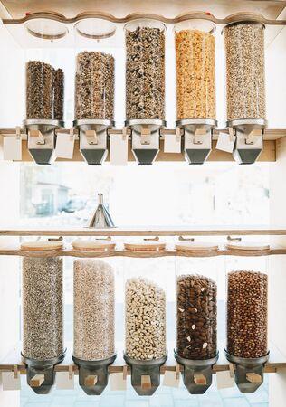 Boutique écologique zéro déchet. Distributeurs de céréales, de noix et de céréales dans une épicerie sans plastique durable. Aliments bio bio. Shopping dans les petites entreprises locales. Nouvelle tendance d'achat alternatif Banque d'images