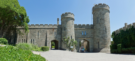alupka: ALUPKA, CRIMEA, RUSSIA - JUNE 08.2015: West entrance to the Vorontsov Palace Editorial