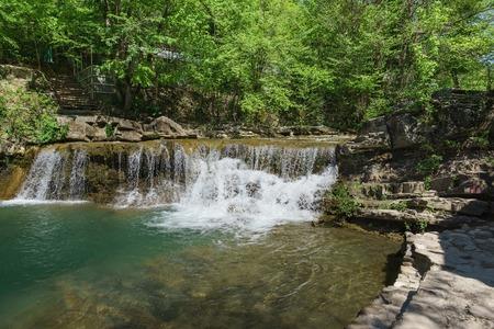 A small picturesque waterfall of the mountain river Janet. Russia, Gelendzhik, village Vozrozhdenie Stockfoto