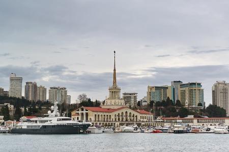 Russland, Region Krasnodar, Sotschi - März 08.2018: die Marinestation und die festgemachten Boote vor dem Hintergrund der Wolkenkratzer der Stadt an einem bewölkten Frühlingsabend? Editorial