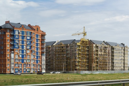 Russia, Krasnodar-July 22, 2018: New district of the southern city-German Village. Already inhabited and only under construction houses in the residential complex Europe city on the street Byzantine 新聞圖片