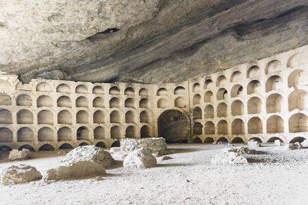 Almacenamiento Golitsyn equipado para botellas de vino en una enorme y más famosa de las grutas llamada Chaliapin, hablando aquí. Atracción turística Foto de archivo