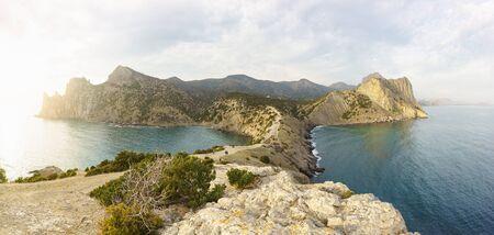Panoramablick vom Kap Kapchik auf die Berge von Koba-Kaya (Höhle oder Adler) und Guard-Both. Links und rechts - Blue (Räuber) und Blue (Dailymanna, Royal) Bay. Nach dem Cape Trail Golitsyn Standard-Bild