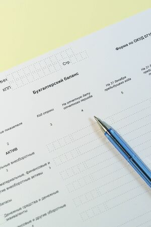 """Russian annual accounting statements. The form and a pen. Russian text """" balance Sheet"""" Archivio Fotografico"""