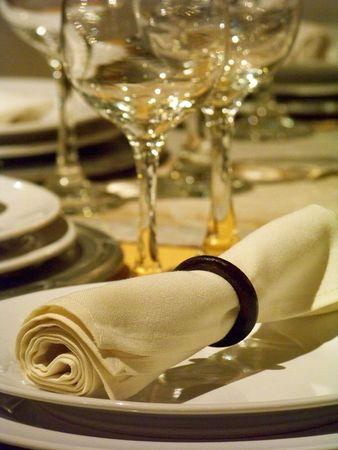 瀬戸物: テーブル クロス、食器類、ガラス製品の結婚式のディナー