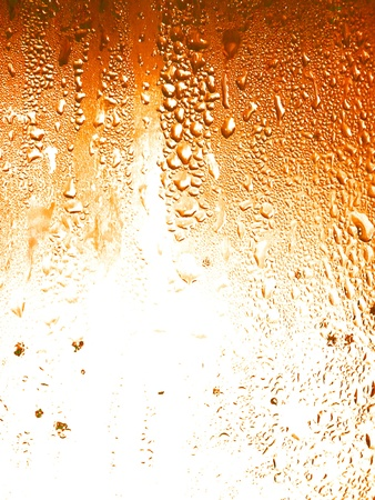 frisdrank: Bier, vloeibare druppels condens op een glazen achtergrond