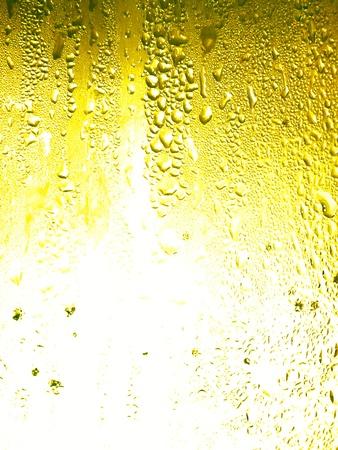 Superficie in vetro di birra con poca acqua gocce di condensa