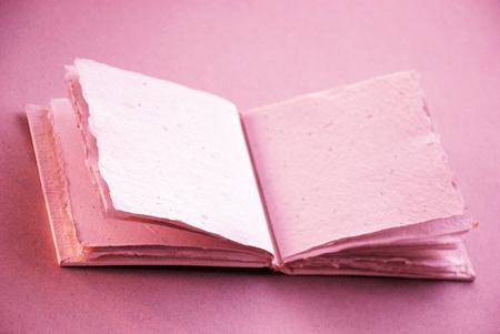 feminine background: Femenino libro de color rosa suave de algod�n blanco para escribir palabras de amor