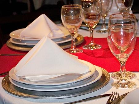Table de fête aniversaire mis en blanc, rouge et argent Banque d'images - 12622494