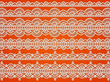 picot: Bianchi eleganti pizzi all'uncinetto modelli isolato su sfondo arancione Archivio Fotografico