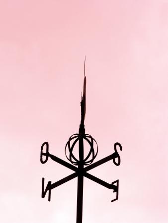 puntos cardinales: Valentines silueta veleta aislados sobre fondo de cielo rosado Foto de archivo