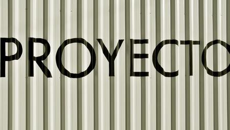 bn: Proyecto, la palabra proyecto en espa�ol sobre blanco met�lico de pared de fondo