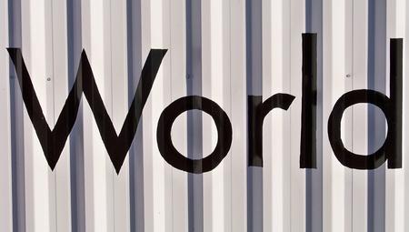 bn: Mundial de la palabra en blanco y negro en una pared real met�lico