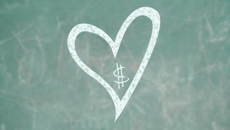 alumnos en clase: Prioridad para el amor sobre el concepto de dinero en una pizarra de la escuela de clase Foto de archivo