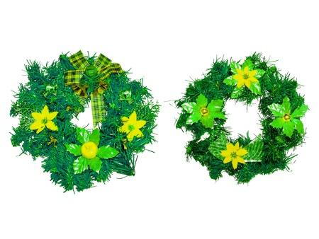 coronas navidenas: Guirnaldas de Navidad verdes y amarillas aisladas en blanco