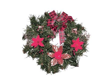 corona navidad: Verde corona de Navidad con flores de color rojo y la cinta aislados en blanco Foto de archivo