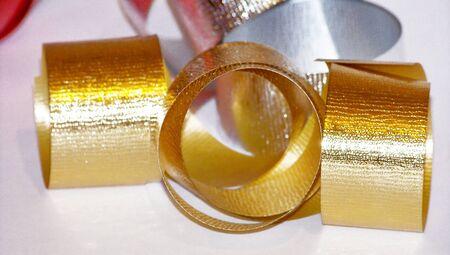 mo�os de navidad: El oro y cintas de plata de la Navidad para el embalaje de regalos