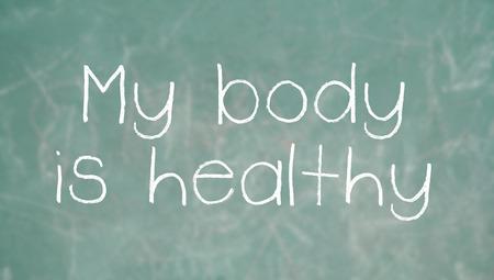 Positive affirmation mon corps est en bonne santé sur la craie sur le tableau noir de la classe Banque d'images - 26128586