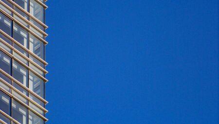 architectonic: Bouwvensters architectonisch detail op blauwe hemel achtergrond Stockfoto