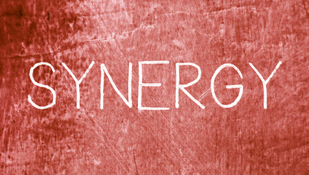 sinergia: Concepto palabra sinergia en fondo sucio Foto de archivo
