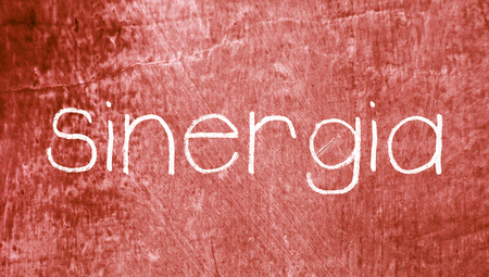 sinergia: Concepto palabra sinergia en espa�ol sobre fondo rojo grunge