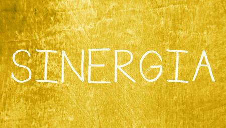sinergia: Sinergia tapas letras palabra en el fondo del grunge