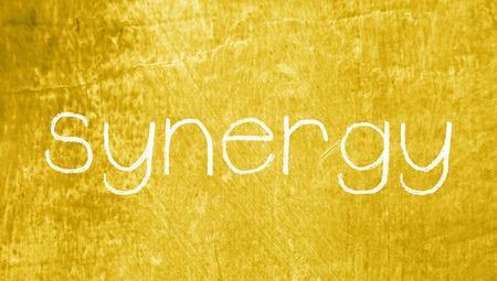 sinergia: Sinergia tiza palabra sobre fondo sucio