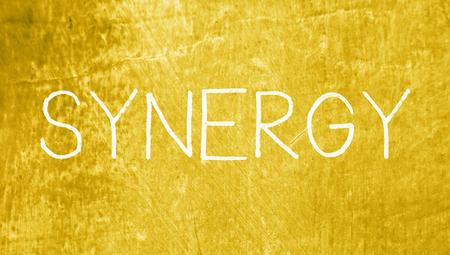 sinergia: Sinergia concepto de tiza en el fondo sucio