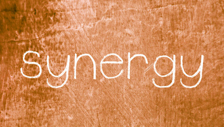 sinergia: Sinergia palabra sobre fondo sepia grunge