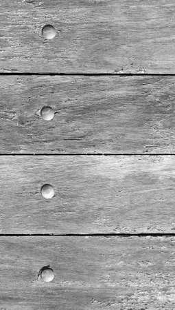 bn: La puerta de madera gris cerca de fondo con clavos