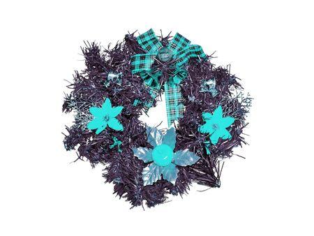 corona navidad: Corona de Navidad aislado en blanco con flores cian Foto de archivo