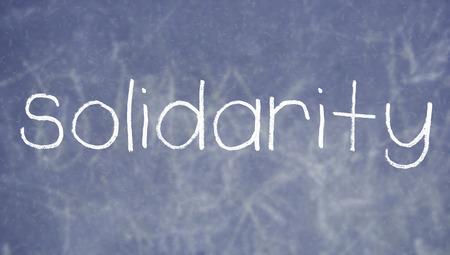 solidaridad: Solidaridad tiza palabra sobre fondo de la pizarra Foto de archivo