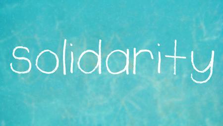 solidaridad: Solidaridad escrito con tiza en el fondo de color Foto de archivo