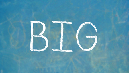 alumnos en clase: gran palabra sobre fondo azul placa de tiza Foto de archivo