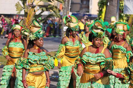 Niza, Francia - 25 de febrero de 2012: Participantes en el desfile de carnaval Batalla de las flores en Niza, Carnaval de Niza, Roi de Media.