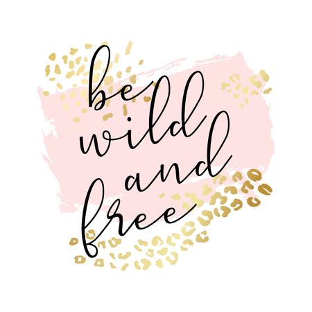 Seien Sie wild und frei Slogan, Modeplakat, Karte, Hemd. Typografieillustration mit pfirsichrosa Farbstrich, goldenes Tierhautmuster. Vektorhintergrund Vektorgrafik