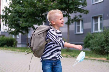 back to school. Smiling Boy with mask and backpacks protect and safety from coronavirus. Child happy going school after pandemic over. students are ready for new school year. 版權商用圖片