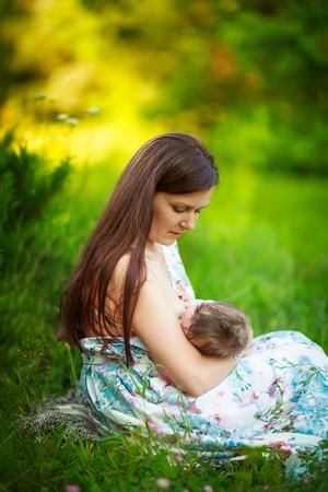 amamantando: Mam� alimenta al beb�, la lactancia materna, fotos de verano al aire libre, la alimentaci�n infantil