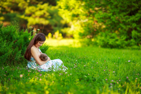 lactancia materna: Mom feeds the baby, breastfeeding, summer photos outdoor, infant feeding Foto de archivo