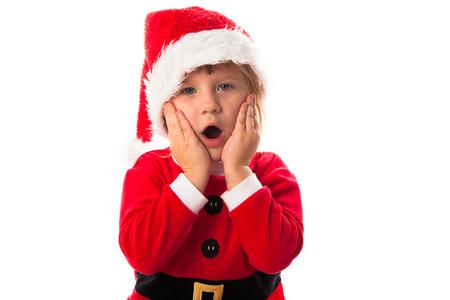 wow: wow sorprendido chica divertida ni�o en Santa sombrero rojo y traje. Concepto de la Navidad.