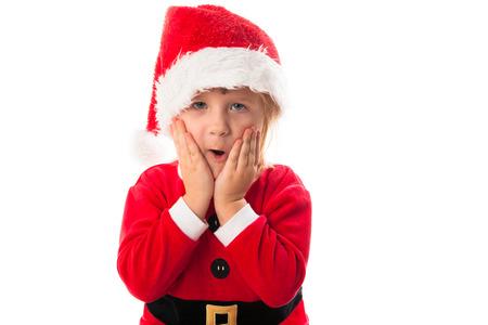 wow: wow sorprendido chica divertida niño en Santa sombrero rojo y traje. Concepto de la Navidad.