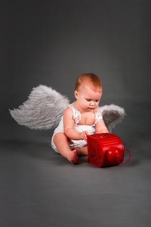 baby angel: bambino Kid in abito bianco con ali d'angelo, il concetto di San Valentino
