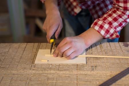 juguetes de madera: Joiner cortador corta un palo de madera hecha de juguetes de madera