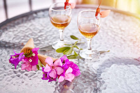 Summer cocktails with pink flowers of bougainvillea on glass table. Refreshment concept. Summer bright surreal flowers and homemade drinks. Copy space. High quality photo Banque d'images